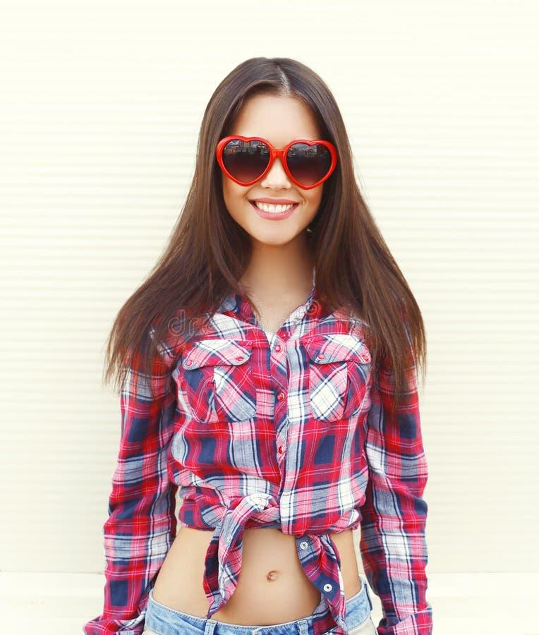 Πορτρέτο της αρκετά νέας γυναίκας στα κόκκινα γυαλιά ηλίου που έχουν τη διασκέδαση στοκ εικόνα με δικαίωμα ελεύθερης χρήσης