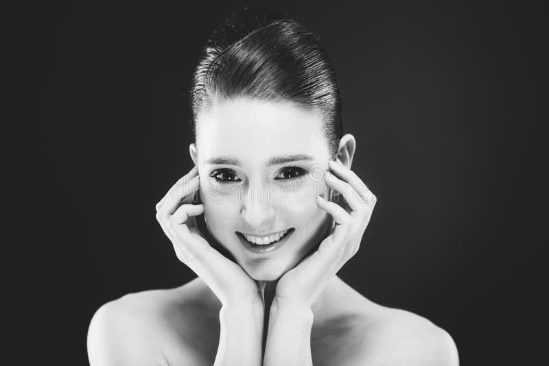 Πορτρέτο της αρκετά νέας χαμογελώντας γυναίκας στοκ φωτογραφία