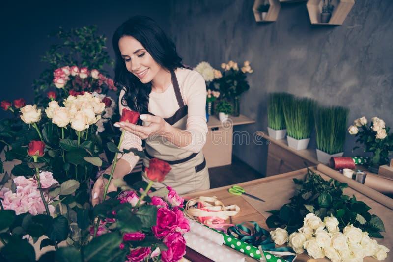 Πορτρέτο της αυτή ελκυστική γοητευτική ελκυστική χαριτωμένη εύθυμη κατσαρή βοηθητική businesslady φίλη στοκ φωτογραφίες