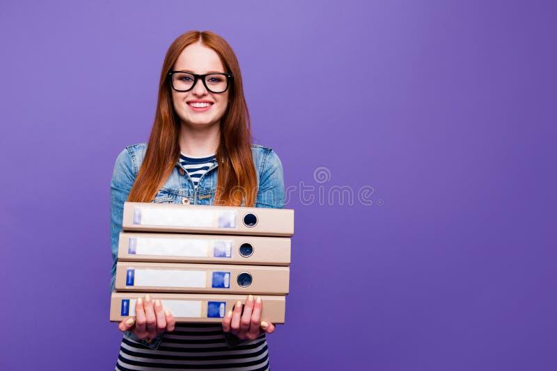 Πορτρέτο της αυτή ελκυστική ελκυστική γοητευτική χαριτωμένη καλή έξυπνη εύθυμη ευθύς-μαλλιαρή γυναικεία εκμετάλλευση στα χέρια στοκ εικόνες