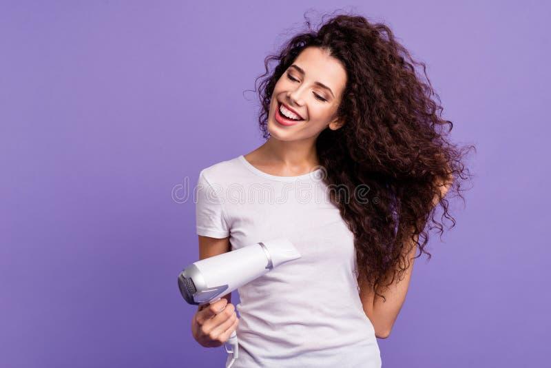 Πορτρέτο της αυτή ελκυστική χαριτωμένη χαριτωμένη καλή γλυκιά ελκυστική εύθυμη καλά-καλλωπισμένη κατσαρή γυναικεία ξήρανση στοκ φωτογραφία με δικαίωμα ελεύθερης χρήσης