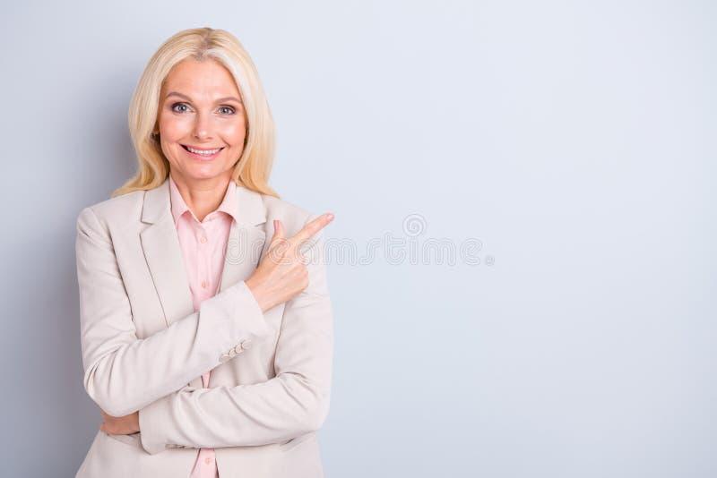Πορτρέτο της αυτή συμπαθητική ελκυστική καλή αριστοκρατική επιτυχής ικανοποιημένη εύθυμη ευτυχής γκρίζος-μαλλιαρή businesslady υπ στοκ φωτογραφία με δικαίωμα ελεύθερης χρήσης