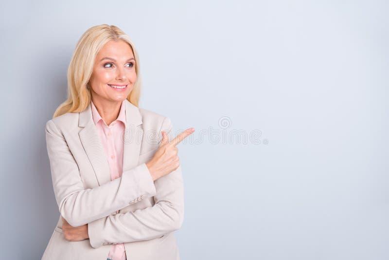 Πορτρέτο της αυτή συμπαθητικός ελκυστικός αριστοκρατικός επιτυχής βέβαιος εύθυμος γκρίζος-μαλλιαρός businesslady παρουσιάζοντας κ στοκ φωτογραφίες με δικαίωμα ελεύθερης χρήσης