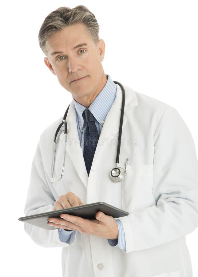 Πορτρέτο της βέβαιας αρσενικής ψηφιακής ταμπλέτας εκμετάλλευσης γιατρών στοκ φωτογραφία με δικαίωμα ελεύθερης χρήσης