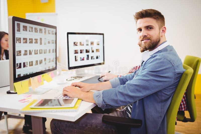 Πορτρέτο της βέβαιας εργασίας συντακτών στο δημιουργικό γραφείο στοκ εικόνες