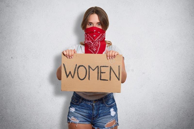Πορτρέτο της βέβαιας ισχυρής δημόσιας διαμαρτυρίας ενεργών στελεχών, που δίνει προσοχή στο σημαντικό κοινωνικό πρόβλημα, που κρατ στοκ εικόνα