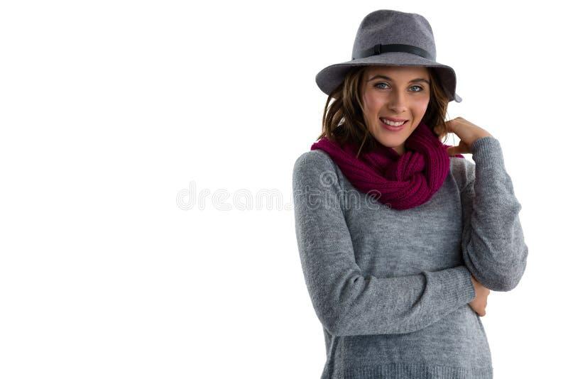 Πορτρέτο της βέβαιας νέας γυναίκας που φορά το θερμό ιματισμό στοκ εικόνα