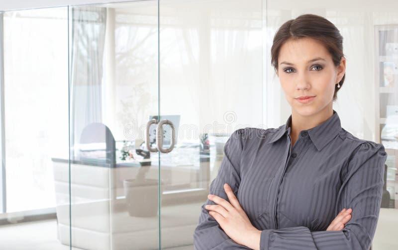 Πορτρέτο της βέβαιας νέας επιχειρηματία στοκ φωτογραφία