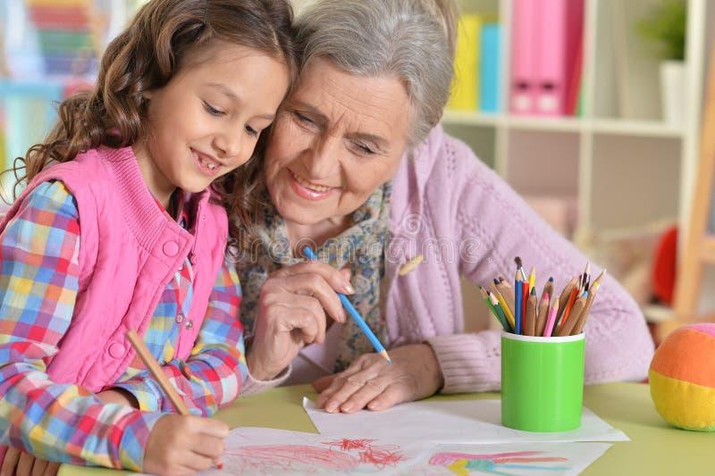 Πορτρέτο της γιαγιάς και της εγγονής που σύρουν από κοινού στοκ εικόνες