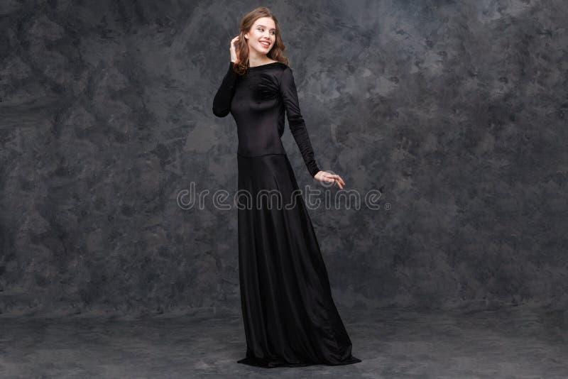 Πορτρέτο της γοητείας της νέας γυναίκας στο πολύ μαύρο φόρεμα στοκ εικόνες με δικαίωμα ελεύθερης χρήσης