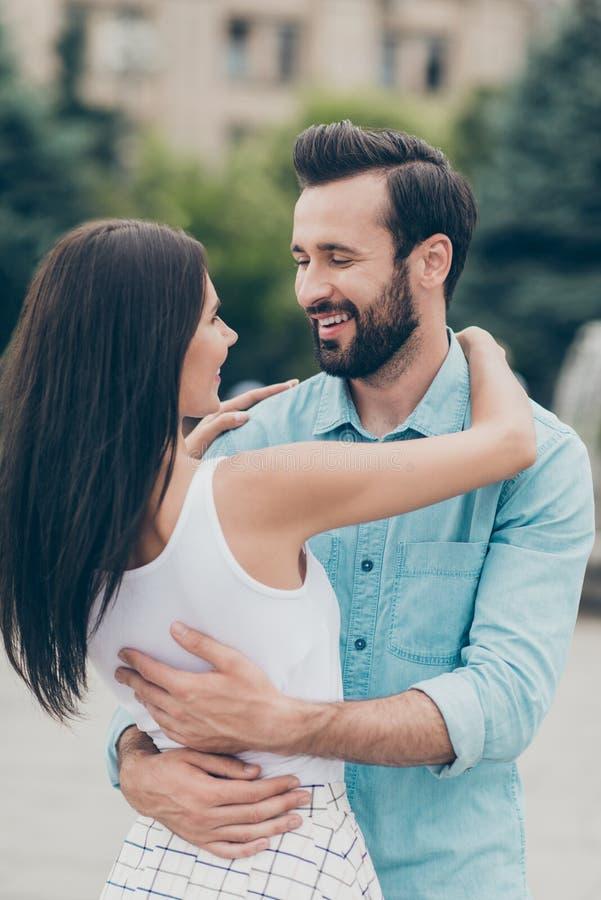 Πορτρέτο της γοητευτικής συμπαθητικής αρκετά ελκυστικής αστείας χαριτωμένης καλής αγκαλιάς τζιν τζιν πουκάμισων ανθρώπων χιλιετού στοκ φωτογραφίες με δικαίωμα ελεύθερης χρήσης