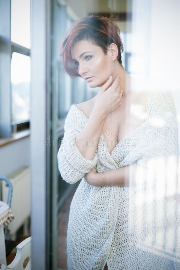 Πορτρέτο της γυναίκας από το γυαλί στοκ φωτογραφία με δικαίωμα ελεύθερης χρήσης