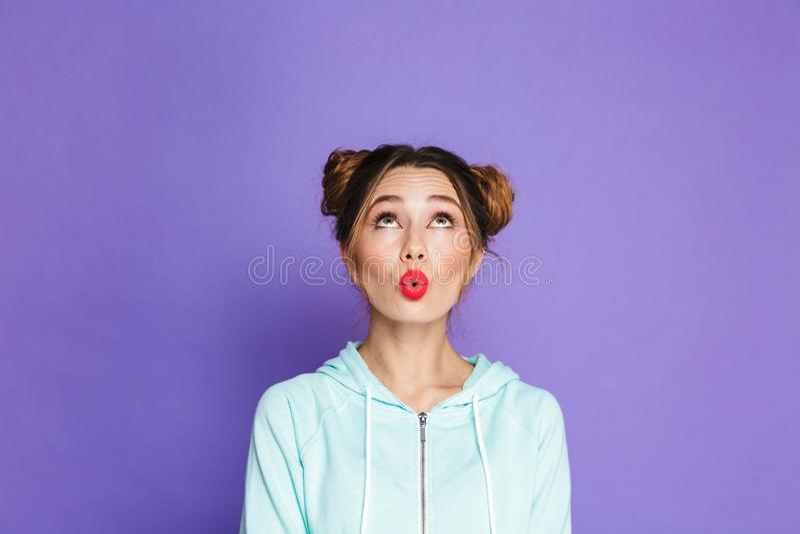 Πορτρέτο της γυναίκας γοητείας με δύο κουλούρια που φαίνονται ανοδικά στο copysp στοκ εικόνες με δικαίωμα ελεύθερης χρήσης