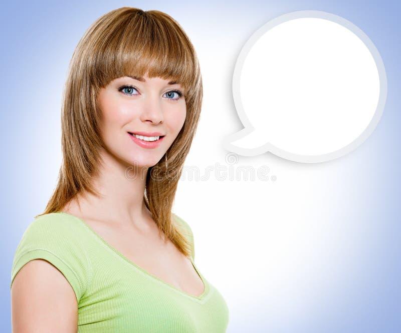 Πορτρέτο της γυναίκας με μια χρωματισμένη σημείωση σύννεφων στοκ εικόνα με δικαίωμα ελεύθερης χρήσης