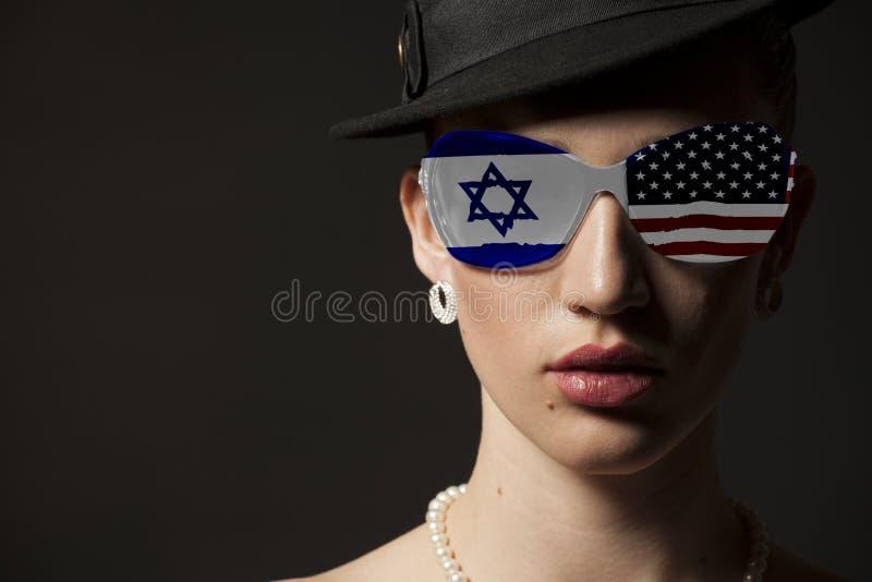 Πορτρέτο της γυναίκας με τα γυαλιά ηλίου σημαιών των ΗΠΑ και του Ισραήλ στοκ φωτογραφίες