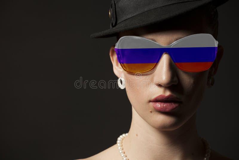 Πορτρέτο της γυναίκας με τα ρωσικά γυαλιά ηλίου σημαιών στοκ εικόνες με δικαίωμα ελεύθερης χρήσης