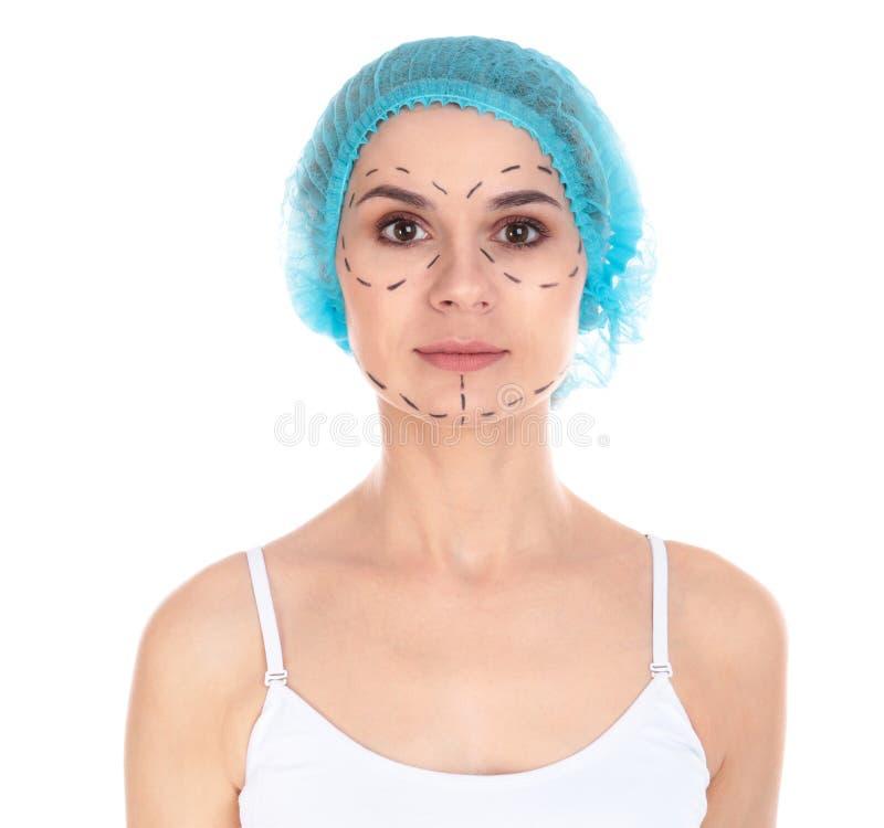 Πορτρέτο της γυναίκας με τα σημάδια στο πρόσωπο για τη λειτουργία αισθητικής χειρουργικής στοκ εικόνες