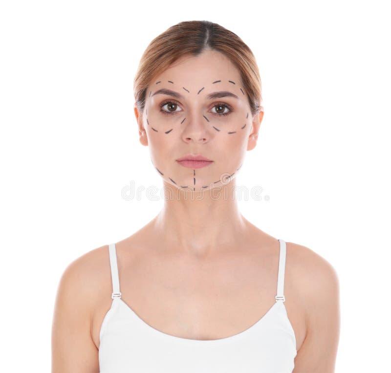 Πορτρέτο της γυναίκας με τα σημάδια στο πρόσωπο για τη λειτουργία αισθητικής χειρουργικής στοκ εικόνα