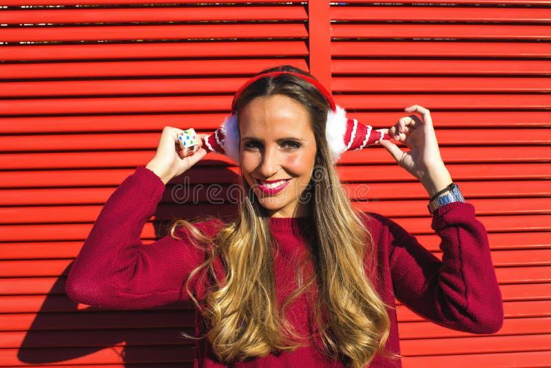 Πορτρέτο της γυναίκας με τα Χριστούγεννα καλυμμάτων αυτιών στοκ φωτογραφία με δικαίωμα ελεύθερης χρήσης