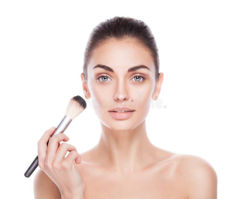 Πορτρέτο της γυναίκας με τη βούρτσα makeup κοντά στο πρόσωπό της στοκ εικόνες με δικαίωμα ελεύθερης χρήσης