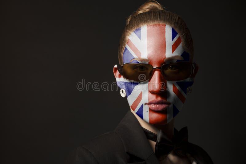 Πορτρέτο της γυναίκας με τη χρωματισμένα βρετανικά σημαία και τα γυαλιά ηλίου στοκ φωτογραφίες με δικαίωμα ελεύθερης χρήσης