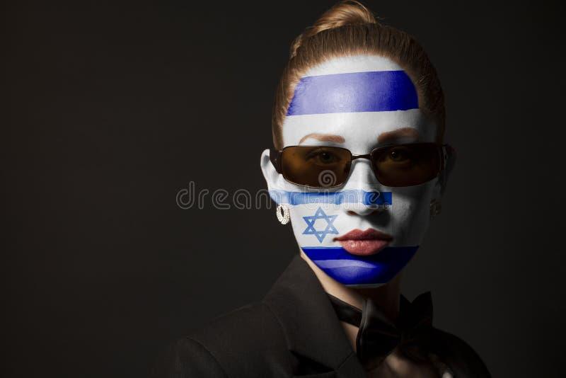 Πορτρέτο της γυναίκας με τη χρωματισμένα σημαία και τα γυαλιά ηλίου του Ισραήλ στοκ φωτογραφίες με δικαίωμα ελεύθερης χρήσης