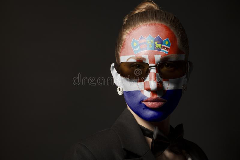 Πορτρέτο της γυναίκας με τη χρωματισμένα σημαία και τα γυαλιά ηλίου της Κροατίας στοκ φωτογραφία με δικαίωμα ελεύθερης χρήσης
