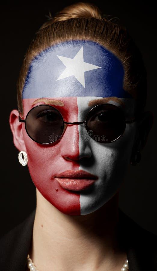 Πορτρέτο της γυναίκας με τη χρωματισμένη κρατική σημαία του Τέξας ΗΠΑ με τα γυαλιά ηλίου στοκ εικόνα με δικαίωμα ελεύθερης χρήσης