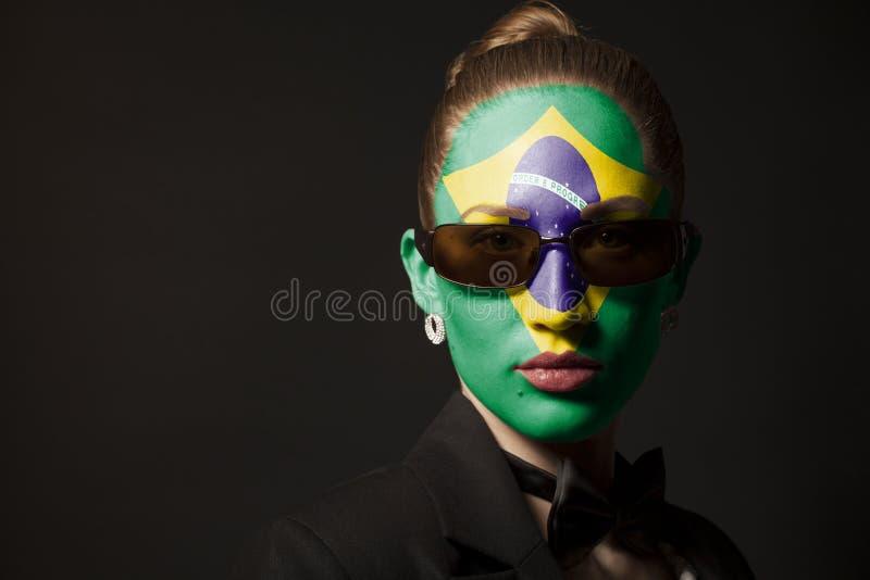 Πορτρέτο της γυναίκας με τη χρωματισμένη σημαία της Βραζιλίας και των γυαλιών ηλίου στοκ εικόνα με δικαίωμα ελεύθερης χρήσης