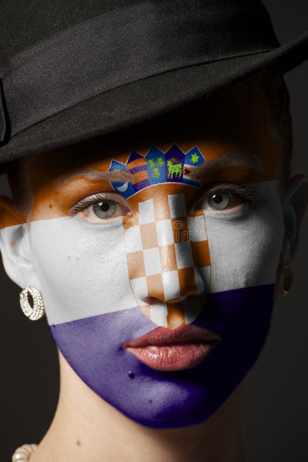Πορτρέτο της γυναίκας με τη χρωματισμένη σημαία της Κροατίας στοκ εικόνες