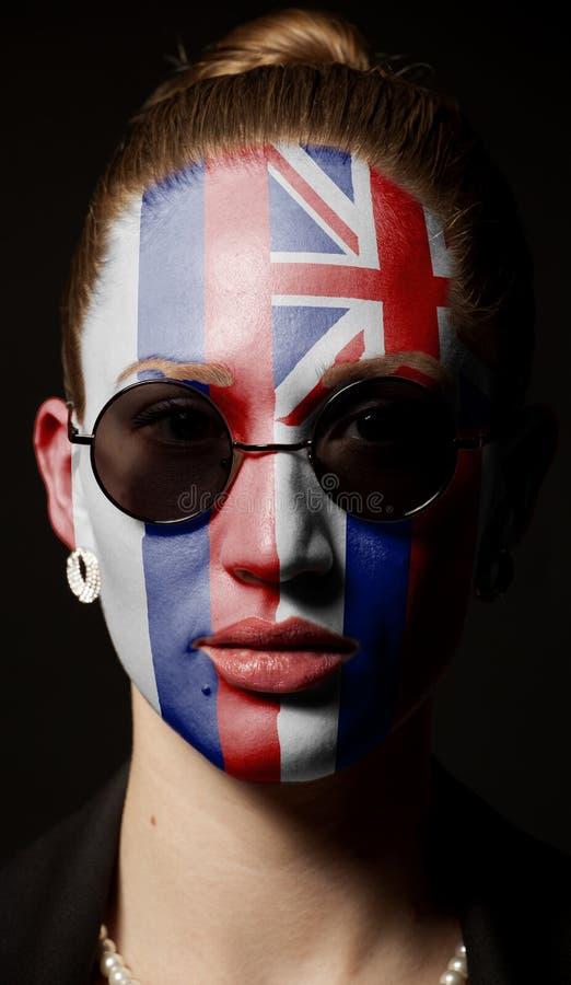 Πορτρέτο της γυναίκας με τη χρωματισμένη σημαία της Χαβάης με τα γυαλιά ηλίου στοκ εικόνες