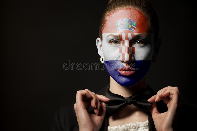 Πορτρέτο της γυναίκας με τη χρωματισμένους σημαία της Κροατίας και το δεσμό τόξων στοκ φωτογραφίες με δικαίωμα ελεύθερης χρήσης