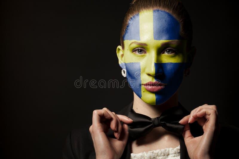 Πορτρέτο της γυναίκας με τη χρωματισμένους σημαία της Σουηδίας και το δεσμό τόξων στοκ φωτογραφίες με δικαίωμα ελεύθερης χρήσης