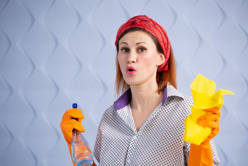 Πορτρέτο της γυναίκας με τον καθαρισμό των προμηθειών στο μπλε υπόβαθρο στοκ φωτογραφία με δικαίωμα ελεύθερης χρήσης
