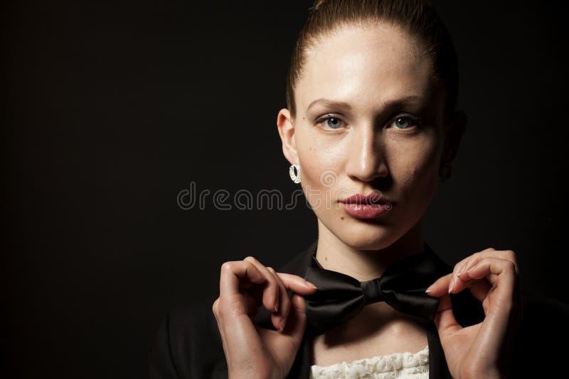 Πορτρέτο της γυναίκας με το δεσμό τόξων στοκ εικόνα με δικαίωμα ελεύθερης χρήσης