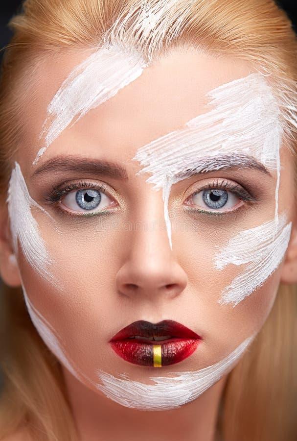 Πορτρέτο της γυναίκας με το δημιουργικό άσπρο χρώμα makeup στοκ εικόνα