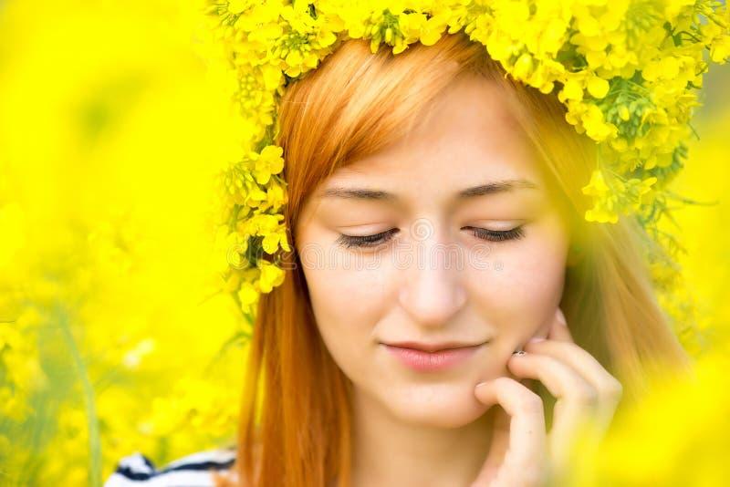 Πορτρέτο της γυναίκας με το στεφάνι των κίτρινων λουλουδιών στο κεφάλι στοκ φωτογραφίες