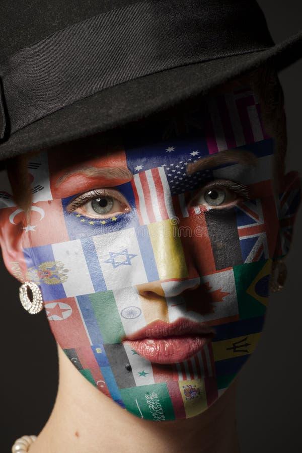 Πορτρέτο της γυναίκας με χρωματισμένος με τις σημαίες όλες τις χώρες του κόσμου στοκ εικόνα