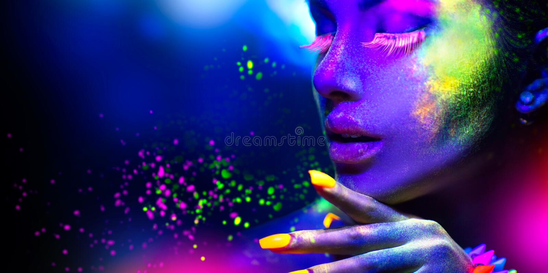 Πορτρέτο της γυναίκας μόδας ομορφιάς στο φως νέου στοκ φωτογραφίες με δικαίωμα ελεύθερης χρήσης