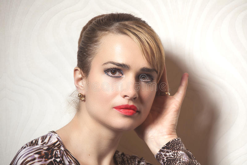 Πορτρέτο της γυναίκας ομορφιάς στην ταπετσαρία στοκ φωτογραφία