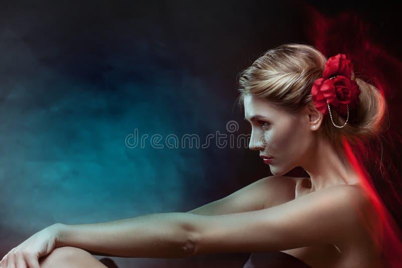 Πορτρέτο της γυναίκας πολυτέλειας στο αποκλειστικό κόσμημα στοκ φωτογραφίες με δικαίωμα ελεύθερης χρήσης