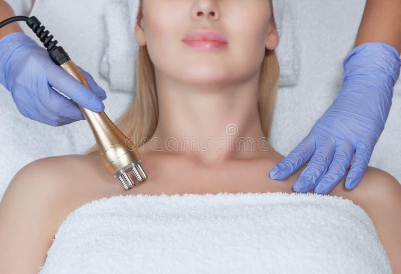 Πορτρέτο της γυναίκας που παίρνει την RF-ανύψωση Διαδικασία ανύψωσης RF στοκ φωτογραφίες