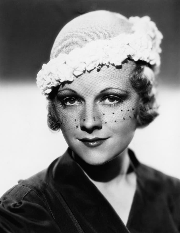 Πορτρέτο της γυναίκας που φορά το καπέλο με το πέπλο (όλα τα πρόσωπα που απεικονίζονται δεν ζουν περισσότερο και κανένα κτήμα δεν στοκ εικόνες με δικαίωμα ελεύθερης χρήσης