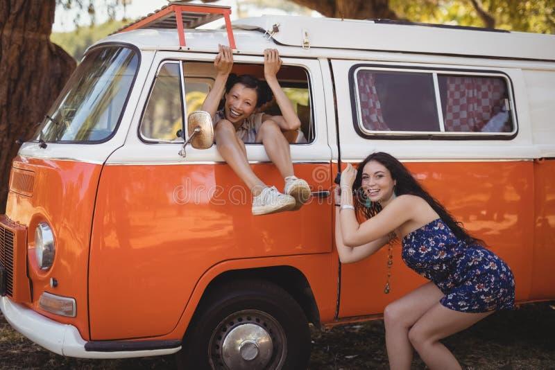 Πορτρέτο της γυναίκας που φωτογραφίζει το φίλο υπερασπιμένος το φορτηγό στοκ φωτογραφία με δικαίωμα ελεύθερης χρήσης