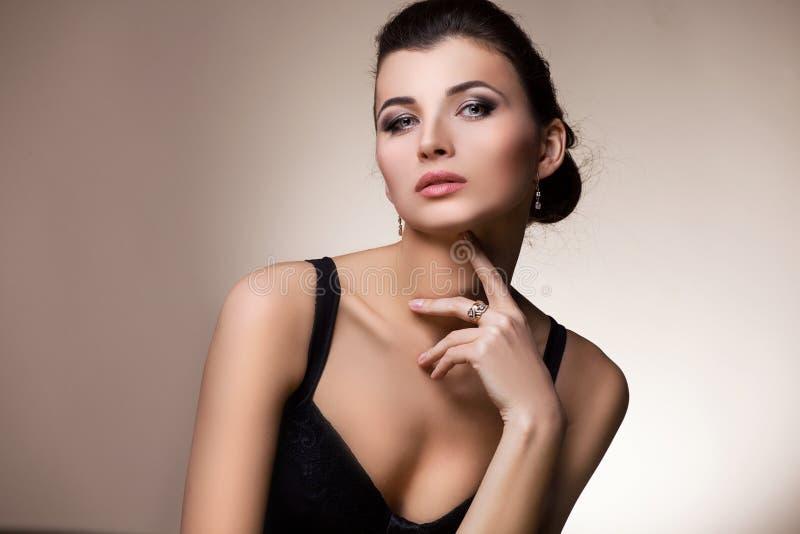 Πορτρέτο της γυναίκας πολυτέλειας στο αποκλειστικό κόσμημα στοκ φωτογραφία με δικαίωμα ελεύθερης χρήσης