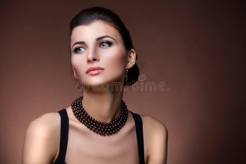 Πορτρέτο της γυναίκας πολυτέλειας στο αποκλειστικό κόσμημα στοκ εικόνα με δικαίωμα ελεύθερης χρήσης