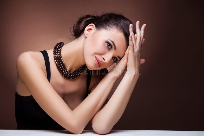 Πορτρέτο της γυναίκας πολυτέλειας στο αποκλειστικό κόσμημα στοκ εικόνες