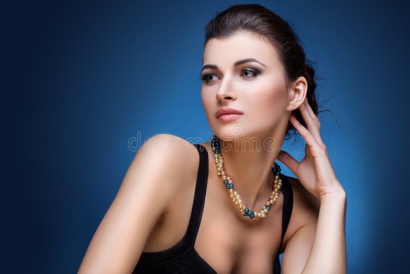 Πορτρέτο της γυναίκας πολυτέλειας στο αποκλειστικό κόσμημα στοκ φωτογραφία