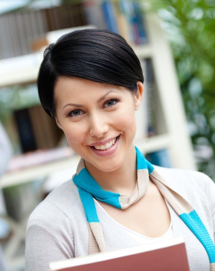 Πορτρέτο της γυναίκας σπουδαστή στοκ εικόνα με δικαίωμα ελεύθερης χρήσης