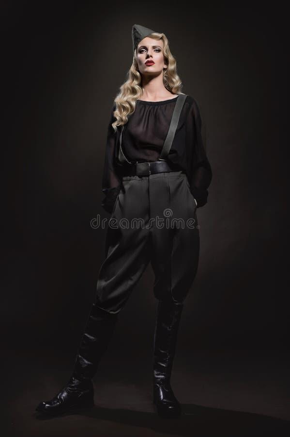 Πορτρέτο της γυναίκας στα στρατιωτικά ενδύματα στοκ φωτογραφία με δικαίωμα ελεύθερης χρήσης
